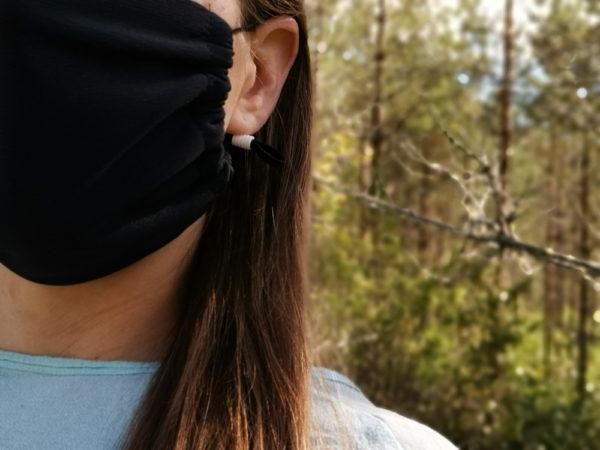 Musta kangasmaski sopii monille kasvonmuodoille.