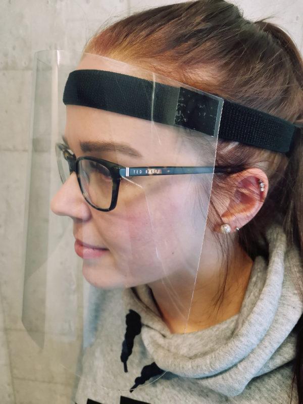 Serina Kasvovisiiri sopii käytettäväksi myös silmälasien kanssa.